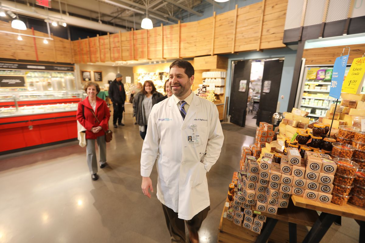 Need Healthy Eating Tips? Try Shopping With A Doctor At Local Grocery Stores